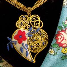 Portuguese embroidered Heart of Viana gold tone filigree style lacy pendant rhinestones strands necklace. $75.00..#coraçaodeviana#colarcoraçaodevianabordadofiligrana#heartofvianaembroiderynecklacefiligree#filigreeembroideryvianaheart#madeinportugal#portuguesejewelry#portuguesefiligree#helenaaleixo