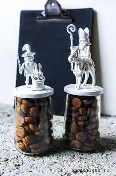 Sinterklaas DIY ideas 2016 ( - Goodlives - Pepernoten pots DIY with Sint and Piet on goodlives. Semi Homemade, Homemade Gifts, Diy Gifts, Homemade Christmas Crafts, Saint Nicolas, Newspaper Basket, Crafts For Seniors, Cardboard Art, Painted Jars