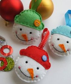 Simple Snowman DIY Ornament- Let the kids glue the hats & faces in place. You stitch on the back, leaving a space for little fingers to add a little cotton batting. Finish the last few stitches, & there you go! Soft, kid & pet-friendly ornaments.