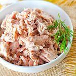 Drain the tuna and finely dice the celery. Combine with the mayonnaise and season with salt and freshly