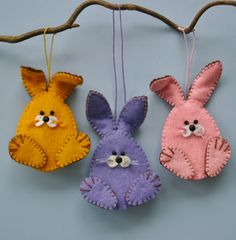 This is for photo reference only. Very cute and looks simple DIY Felt Bunny Ornaments using a blanket stitch. Felt Diy, Felt Crafts, Fabric Crafts, Easter Projects, Easter Crafts, Spring Crafts, Holiday Crafts, Felt Bunny, Easter Bunny