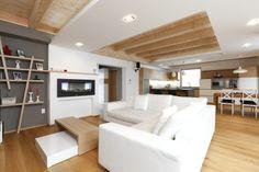 Nádherný interiér prvého nulového domu na Slovensku. Volá sa EcoCube max a v pasívnom štandarde ho môžete mať už za 147 500 eur na kĺúč Passive House, Loft, Couch, Bed, Table, Furniture, Home Decor, Palette, Studio