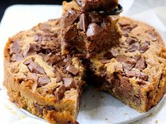 The recipe for blondie, the fastest inratable cake-La recette du blondie, le gâteau inratable le plus rapide This deliciously regressive giant cookie is prepared in a few minutes. Bad news: it doesn& take more to swallow it up… - Brownie Desserts, Chocolate Desserts, Blondies Cookies, Sweet Recipes, Cake Recipes, Thermomix Desserts, Summer Dessert Recipes, Food Cakes, Cookies Et Biscuits