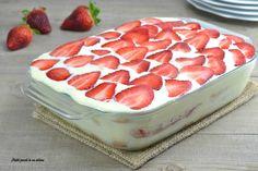 Il tiramisù alle fragole è un dessert dal gusto molto leggero e delicato che piace sia ai più grandi, sia ai più piccoli; è anche semplice da preparare.