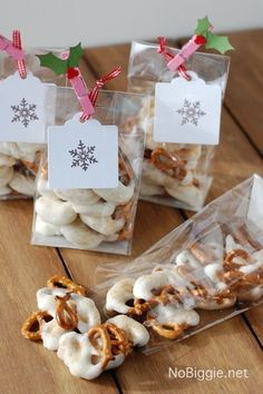 holiday treats Here's a salty sweet treat that can be made last minute, or with homemade caramel to add a little extra love. These white chocolate caramel pretzels are fun to bring to a Christmas Sweets, Christmas Cooking, Noel Christmas, Christmas Goodies, Christmas Candy, Xmas, Christmas Gifts For Neighbors, Small Christmas Gifts, Christmas Decor