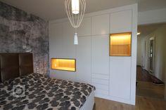 Interiér ložnice s italskou tapetou a svítidly, šatní skříň podle autorského návrhu.