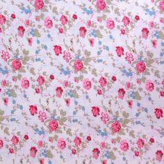 Tissu vendu en coupon de 3 mètres, en coton imprimé fleurs roses et bleues sur fond écru. Très léger et souple, idéal pour réaliser robes, jupes, vêtements pour enfants etc.