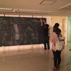 三鷹TERATOTERA祭りより山本篤さんによるゲルニカの再現目隠しをした作家が巨大な黒板の前に立ち来場者の誘導でピカソの作品ゲルニカを描いていくという奇行(褒めてる)黒板の正面にはピッチングマシーンがありボールが黒板の中心にあたるようになっているボールが当たるその音で作家は黒板の中心を確認しそこから来場者に口頭で位置を指示してもらいそこに顔を描いてとかそこはドアの絵ですとか言われながら絵を描いていくという奇行(決してバカにはしていない) すごく色々な要素が絡められた参加型作品だとトークでお話されていました #1日1アート  #いやこれはアートなのか #山本篤 #TERATOTERA #AtsushiYamamoto #everydayart