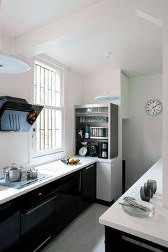 Une cuisine moderne et fonctionnelle en noir et blanc.