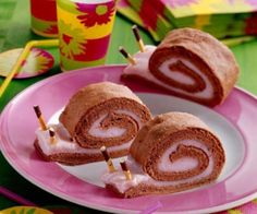 Biscuit pudding snails- Biskuit-Puddingschnecken Biscuit pudding snails recipe: A creamy biscuit roll with a strawberry note for every child's birthday – one of delicious, safe recipes from Dr. Cute Food, Good Food, Funny Food, Biscuit Pudding, Cream Cheese Rolls, Food Decoration, Food Humor, Creative Food, Food Design