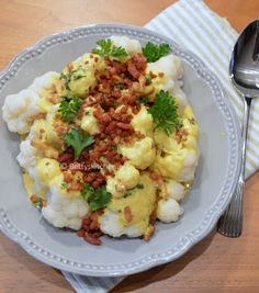 Cauliflower with a bacon-curry-cream sauce (recipe in Dutch) Looks good and low in carbs:)