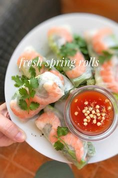 Fresh prawns crunchy vegetables and noodles all wrapped together in rice paper: enjoy these tasty and easy fresh spring rolls for lunch or as an appetizer! Easy Thai Recipes, Easy Appetizer Recipes, Asian Recipes, Dinner Recipes, Healthy Recipes, Appetizers For A Crowd, Seafood Appetizers, Seafood Recipes, Fresh Spring Rolls