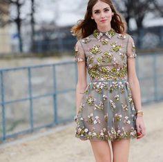 Pin for Later: DAS sind die besten Outfits für eure Instagram Bilder – wissenschaftlich bewiesen!  Chiara Ferragni vom Blog The Blonde Salad hat einen weiteren Trick um eure Pastell-Outfits hervorzuheben: Ein verschwommener Hintergrund.