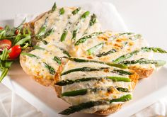 Anell Barnard of Cape Town's asparagus and cheese rolls are rich in colour and taste - guaranteed to become a firm favourite. Hamburger Hotdogs, Hamburger Patties, Bacon Jam, Cheese Rolling, Blue Cheese, Salmon Burgers, Ground Beef, Hot Dogs, Asparagus