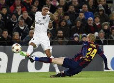 Barcelone - PSG en images / Tacle de Jeremy Mathieu.