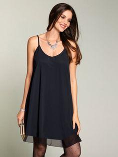 Vestido capa mujer tirantes cruzados gasa negra. Prepárate para seducir con este femenino vestido de gasa de corte capa y líneas limpias y elegantes. Ligero