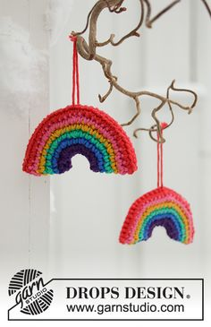 Holiday Rainbows - Crochet rainbow decoration for Christmas in DROPS PARIS. - Free pattern by DROPS Design Crochet Diy, Crochet Gratis, Crochet Home, Crochet Patterns Amigurumi, Knitting Patterns, Free Knitting, Crochet Design, Yarn Bombing, Drops Design