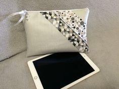 Housse tablette en simili cuir gris perle.