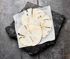 Med endast två ingredienser är det svårt att misslyckas med denna otroligt klimatsmarta tortilla. Den tunt skivade rotsellerin blir med sin runda form en smart kopia på originalbrödet, dessutom billigare och mer hälsosam. Glöm inte att ta vara på resterna till nästa måltid.