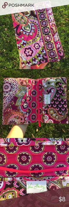 Vera Bradley book cover / notebook cover •Brand new/never used. •Official Vera •Low Price •The cover is (long ways) 7.5 x 5.5 inches •Built in bookmark • all of the pictures are mine and none of them are edited. •I am sorry if your books don't fit, it is small, beware. Vera Bradley Other