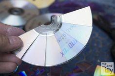 Aprenda a fazer de forma simples e barata um mosaico com CD. O resultado fica lindo! Confira!