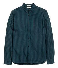 Kolla in det här! En långärmad skjorta i bomullskvalitet. Skjortan har button down-krage och en bröstficka. Okavskärning med hängare i ryggen. Regular fit. - Besök hm.com för ännu fler favoriter.