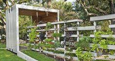Zo'n afsluiting voor de tuin zien we nog wel zitten: genoeg privacy, speels door de verschillende hoogtes, groen, wat doorkijkjes