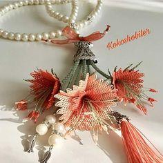 Für Bestellungen und Informationen @ kokoshobiler ve - gor det selv Beaded Flowers, Crochet Flowers, Hand Embroidery Dress, Thread Art, Diy Bow, Beaded Brooch, Filet Crochet, Flower Tutorial, Flower Brooch