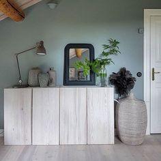 Nu har jag fått så många frågor om Ivar skåpet från Ikea. Jag har bara blandat vit färg utspädd med vatten och sen strykt på med en trasa. Eftertorka sen direkt med en torr trasa. Det är just för att jag ville slippa den där gula känslan som ibland furu kan ge. Funkar säkert lika bra med vit lasyr eller likande, men vit färg och vatten har jag alltid hemma Ikea Small Spaces, Tiny Spaces, Home Living Room, Living Room Decor, Living Spaces, Ikea Ivar Cabinet, Ikea Storage, Beautiful Interior Design, Home Projects