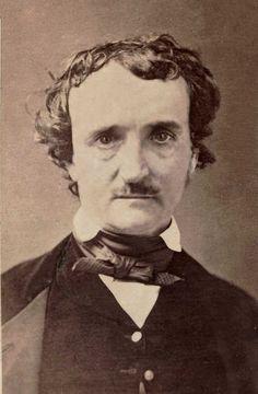 Edgar Allan Poe Non stupisce che Poe avesse paura del buio. Fu istruito - letteralmente - nel cimitero che confinava con il collegio. Troppo taccagno per comprare i libri, infatti, il preside teneva le sue lezioni di matematica all'aperto, tra i morti a risposo. Ad ogni bambino veniva detto di scegliere una lapide e di ricavare l'età del defunto sottraendo l'anno della nascita da quello del decesso.