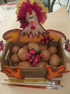 """Caixote de madeira porta ovos com decoração """"Galinha"""" em EVA."""
