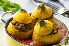 Mit Hackfleisch gefüllte Zucchini in Tomatensauce - Das Käse-Hackfleisch ist angerichtet in den gelben Zucchini ein echter Hingucker und schmeckt gemeinsam mit der Tomatensoße fabelhaft mediterran.