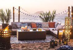 Lograr #calidez es #clave a la hora de generar un #espacio #acogedor. Los #cojines, las #plantas y las #alfombras de exterior son piezas fundamentales, pero en la #noche lo mejor es sumar un #brasero, #lámparas y #faroles. #Deco #Terraza #LookBook