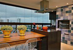 bancada preta + piso claro + mesa de madeira