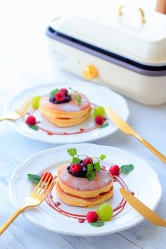 Souffle pancake and serving tips on a hot plate Breakfast Dessert, Dessert Drinks, Smoothie Recipes, Snack Recipes, Food Plating Techniques, Delicious Desserts, Yummy Food, Crepes, Food Wallpaper
