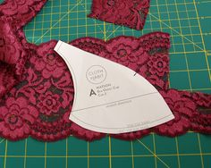 cómo cortar encaje // Tutorial: how to cut lace tutorial: how to cut lace tutorial: how to cut lace Underwear Pattern, Lingerie Patterns, Sewing Lingerie, Bra Pattern, Clothing Patterns, Dress Sewing Tutorials, Sewing Hacks, Techniques Couture, Sewing Techniques