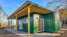A cor verde chama bastante atenção Contener House, Porches, Building A Small Cabin, Casas Containers, Container Buildings, Shipping Container Homes, Shipping Containers, Tiny House Plans, Outdoor Structures
