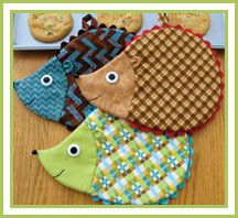 Adorable hot pads to add some whimsy to your kitchen decor! These darling hot pads are perfect for giving even the most boring kitchen a little facelift! Sure to bring a smile to anyone's face, these friendly hedgehogs are super easy, quick to stit. Sewing Hacks, Sewing Tutorials, Sewing Crafts, Sewing Patterns, Diy Crafts, Sewing Tips, Apron Patterns, Potholder Patterns, Dress Patterns
