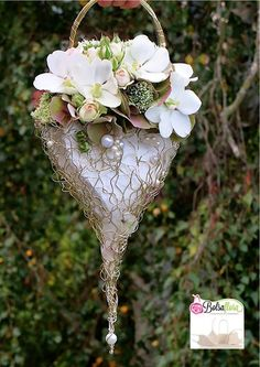 Creation with Bolsa Flora IV Verkrijgbaar bij info Deco Floral, Art Floral, Floral Design, Floral Wedding, Wedding Bouquets, Alternative Bouquet, Flower Bag, Floral Bags, Wedding Flower Inspiration