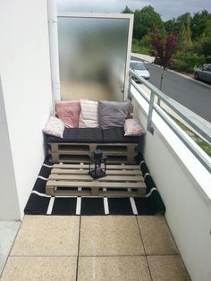 60 Stunning DIY Projects Pallet Sofa Design Ideas 54 – Home Design Small Balcony Design, Small Balcony Decor, Small Patio, Balcony Ideas, Narrow Balcony, Modern Balcony, Balcony Garden, Apartment Balcony Decorating, Apartment Balconies