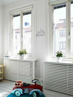 Stop your radiators from clashing with your decorating by making them blend in with some of of our ingenious ideas! Photo: Fresh Home Radiators are known to clash with decorating and have been known to create huge obstacles for modern … Continue reading → Best Radiators, Home Radiators, Modern Radiator Cover, Radiator Covers Ikea, Diy Casa, My New Room, Home And Living, Living Room, Home Accessories