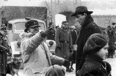 "Steven Spielberg dirige a Liam Neeson en ""La lista de Schlinder"", 1993"