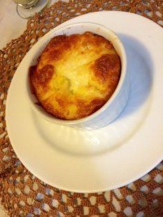 Suflê de milho  Ingredientes  3 espigas de milho  2 ovos  1 xícara de queijo ralado (ela usou pecorino, de cabra)  3 colheres (sopa) de azeite  1 colher (sopa) de manteiga derretida  1 dente de alho  Sal e pimenta-do-reino a gosto     Modo de preparo  Bata tudo no liquidificador e asse em cocottes. Demora uns 20 minutos apenas. Se quiser polvilhe com mais queijo.