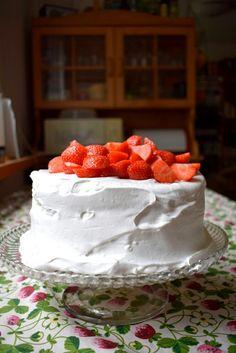 Vegan strawberry whipped cream cake with aquafaba sponge / vegaaninen mansikkakermakakku aquafaba kakkupohja