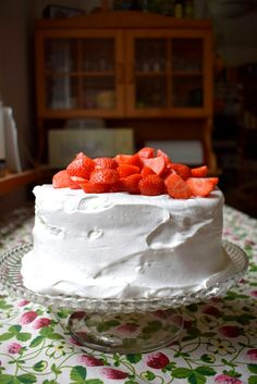 Vegan strawberry whipped cream cake with aquafaba sponge / vegaaninen mansikkakermakakku aquafaba kakkupohja