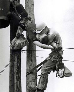 The Kiss Of Life by Rocco Morabito - 1968 Pulitzer Prize. Photographer Rocco Morabito, whose shot of a utility worker saving the life of a fellow lineman who had been shocked by a high-voltage wire won a Pulitzer Prize in The Kiss, Iconic Photos, Old Photos, Rare Photos, Rare Pictures, Funny Pictures, Der Boxer, Photos Rares, Rare Historical Photos