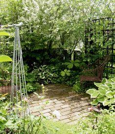 旭川の井須邸です。 全体的にシックなカラーで塗られている木製のパーゴラやラティスで仕切られた所々にガーデンチェアーを配して、その道筋の先にどんな見どころがあるんだろう…と期待させるワクワク感!撮った写真を見ると…あまりのそのテクニックの素晴らしさに、ついつい構築物を中心に撮りまくっているのでした。 もちろ~ん!植栽も言うまでもなく、木漏れ日の低木類のシェードガーデンから、日当たりのボーダーへと導かれる動線の確かさ。 �%