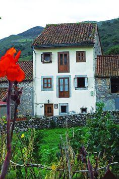 La Borbolla, Concejo de Llanes. Principado de Asturias. Spain.   [By Valentin Enrique].