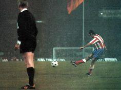 Posiblemente la jugada más conocida del Atlético. Final Copa de Europa 1974. Gol de falta de Aragonés ante el Bayern.