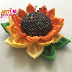 How to make Sunflower Pincushion - Fabric Crafts Small Sewing Projects, Diy Craft Projects, Sewing Crafts, Diy Home Crafts, Felt Crafts, Arts And Crafts, Fabric Yarn, Fabric Scraps, Lavender Bags
